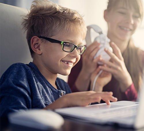 Bądź świadomym rodzicem! Poznaj sposoby nabezpieczne korzystanie zInternetu